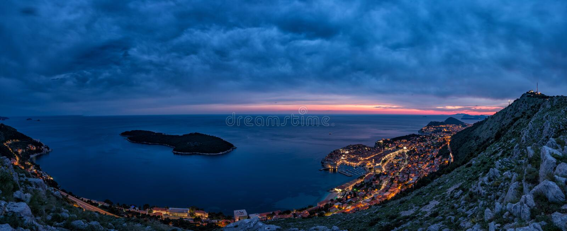 Vista panorámica preciosa de la ciudad emparedada vieja de Dubrovnik con la opinión del ojo del ` s del pájaro en la noche imagen de archivo libre de regalías