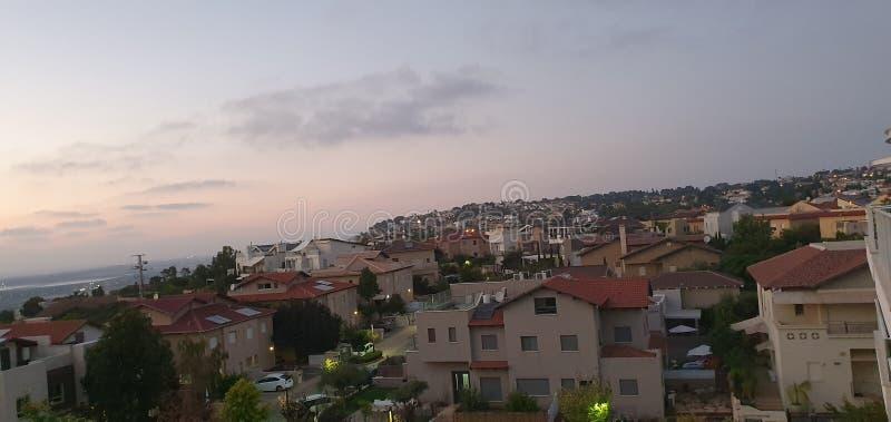 Vista panorámica que sorprende de la puesta del sol en Zichron Yaakov en la montaña de Carmel en Israel, hoy foto de archivo libre de regalías