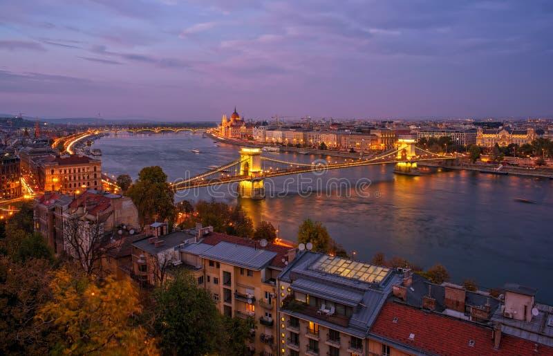 Vista panorámica que sorprende de los citylights de Budapest de la colina del castillo con el río Danubio, el puente de cadena y  imagenes de archivo