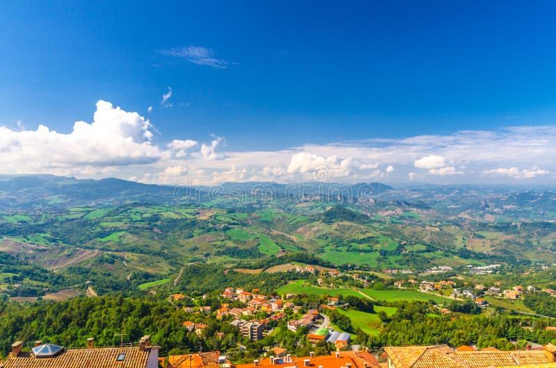 Vista panorámica superior aérea del paisaje con el valle, las colinas verdes, los campos y los pueblos del distrito suburbano de  imagen de archivo libre de regalías