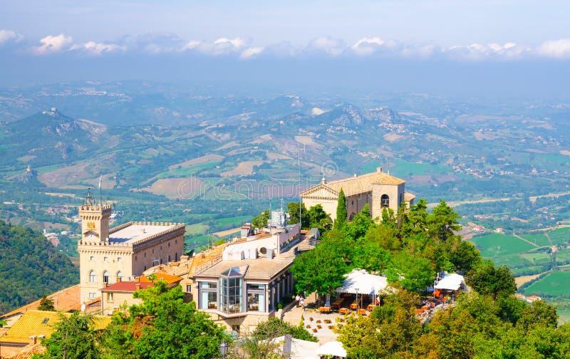 Vista panorámica superior aérea del palacio de la basílica, de Palazzo Pubblico y del paisaje con el valle, colinas verdes de la  fotos de archivo libres de regalías