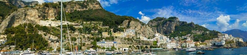 Vista panorámica y maravillosa de la ciudad de Amalfi en el mar, Campania, Italia imagen de archivo libre de regalías