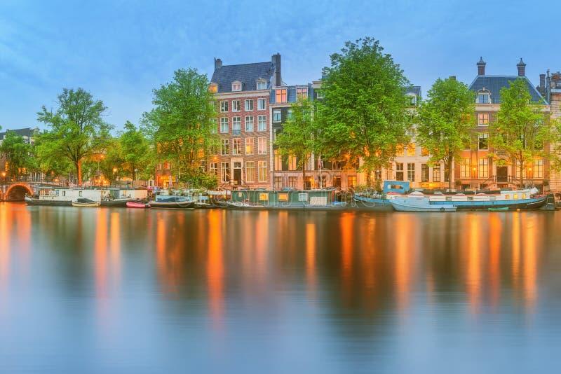 Vista panorámica y paisaje urbano de Amsterdam con los barcos, los edificios viejos y el río de Amstel, Holanda, Países Bajos fotos de archivo libres de regalías