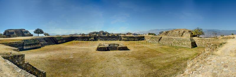 Vista panorámica a y sitio arqueológico antiguo en México fotos de archivo libres de regalías