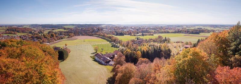 Vista panorâmica à vila do ebersberg no outono imagem de stock