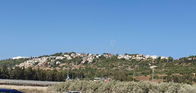Vista panorâmica às casas de Zichron Yaacov e kibutz Maayan Zvi em Israel, 2019, horas de verão imagens de stock