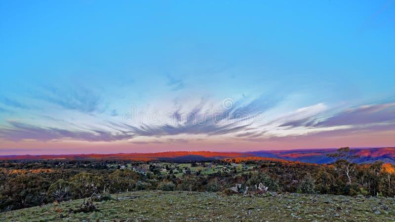 Vista panorâmica áspera da paisagem no por do sol fotos de stock