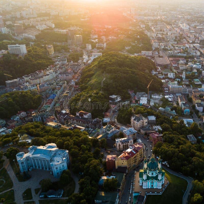 Vista panorâmica aérea à descida de Andreevsky no por do sol com os montes da igreja e da esmeralda do ` s de St Andrew foto de stock royalty free