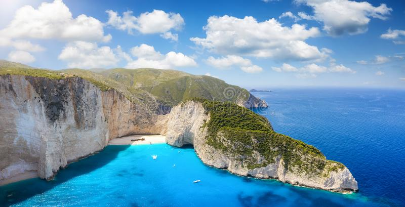 Vista panorâmica aérea à praia do naufrágio de Navagio na ilha Ionian de Zakynthos, Grécia fotografia de stock