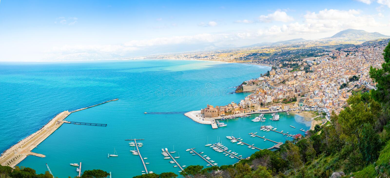 Vista panorâmica aérea da cidade de Castellammare del Golfo, Trapani, Sicília, Itália imagens de stock royalty free