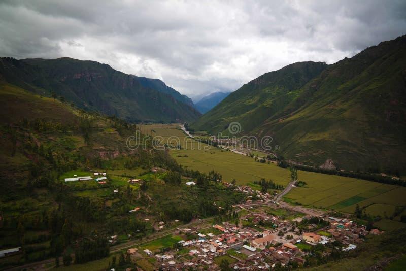 Vista panorâmica aérea da paisagem ao rio de Urubamba e ao vale sagrado do ponto de vista de Taray perto de Pisac, Cuzco, Peru fotografia de stock