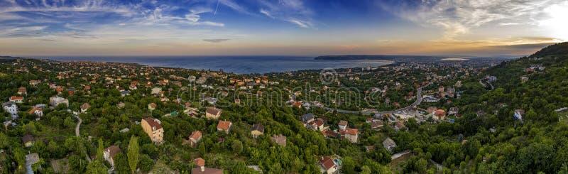 Vista panorâmica aérea de surpresa dos subúrbios e da costa fotografia de stock royalty free