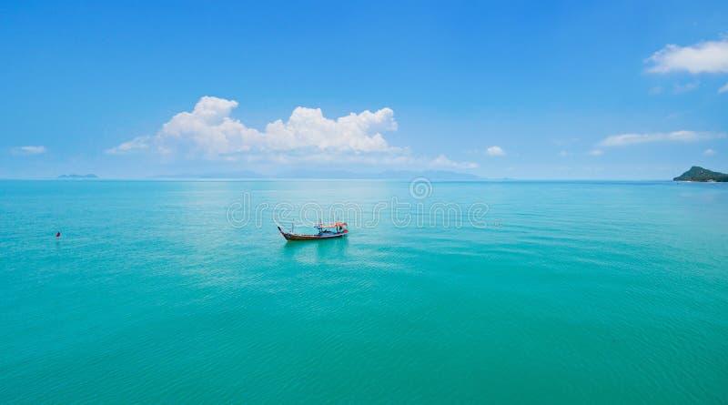 Vista panorâmica aérea do barco de pesca no mar esmeralda fotos de stock royalty free