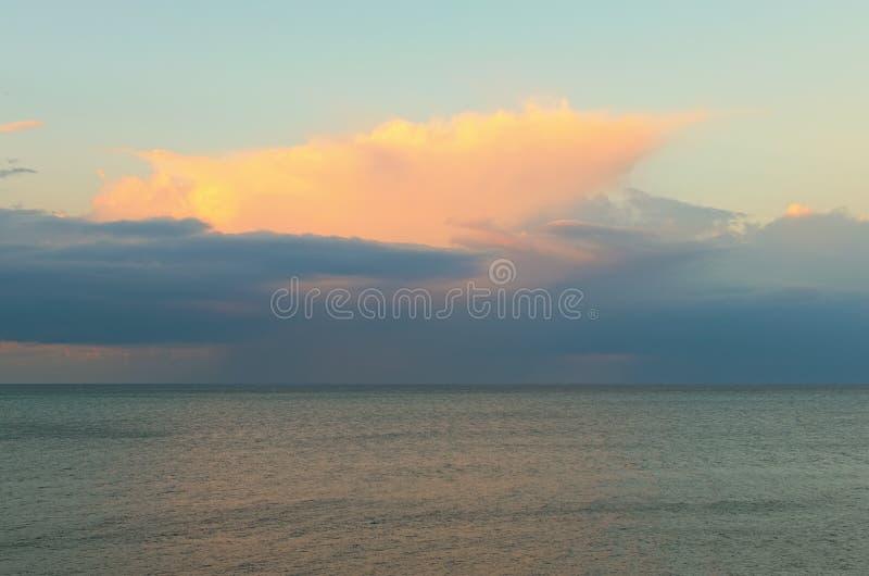 Vista panorâmica aérea do por do sol sobre o mar Céu vibrante colorido e mar Tyrrhenian tranquilo Cefalu, Sicília, Italia imagem de stock