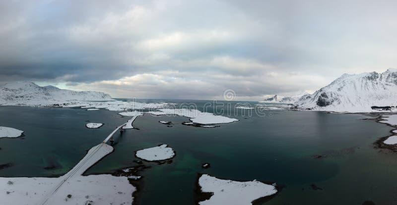 Vista panorâmica aérea do zangão de surpreender o cenário do inverno das ilhas de Lofoten com a aldeia piscatória famosa Noruega  fotos de stock royalty free