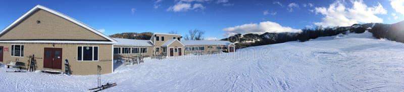 Vista panorâmica a alojar e esquiar inclinações fotos de stock royalty free