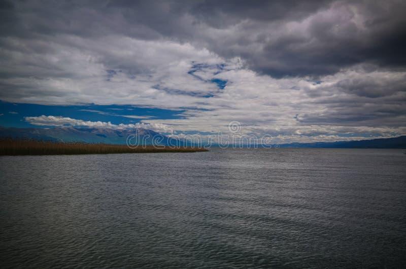 Vista panorâmica ao lago Ohrid, Struga, Macedônia norte imagens de stock