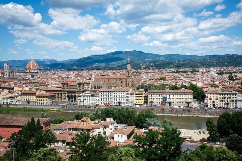 Vista panorâmica ao River Arno, ao Palazzo Vecchio e à catedral fotos de stock royalty free
