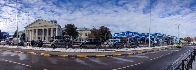 Vista panorâmica ao terminal de passageiro do aeroporto internacional de Simferopol fotos de stock royalty free