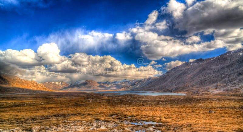 A vista panorâmica aos lagos na passagem de Barskoon, o rio e o desfiladeiro e Sarymoynak passam, Jeti-Oguz, Quirguizistão fotos de stock