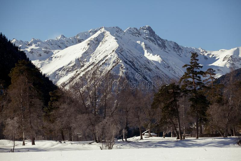 Vista panorâmica bonita da cordilheira com picos neve-tampados, em um dia de inverno claro fotografia de stock