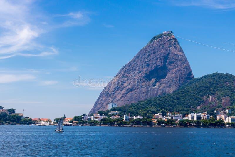 Vista panorâmica bonita da montanha de Sugar Loaf em Rio de janeiro, Brasil, em um dia ensolarado bonito e relaxando com céu azul fotografia de stock