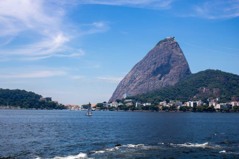 Vista panorâmica bonita da montanha de Sugar Loaf em Rio de janeiro, Brasil, em um dia ensolarado bonito e relaxando com céu azul foto de stock royalty free