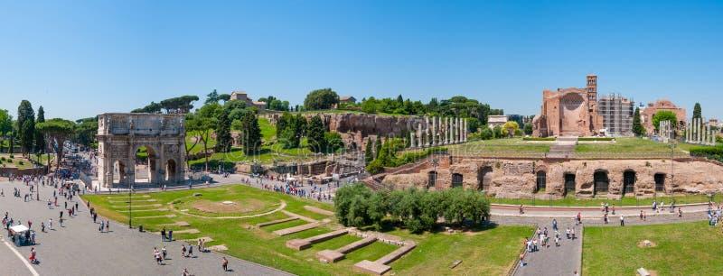 Vista panorâmica bonita das ruínas históricas em Roma foto de stock