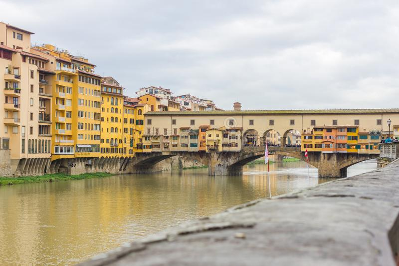 Vista panorâmica bonita de Arno River e da cidade do renascimento Firenze Florença em Itália imagens de stock