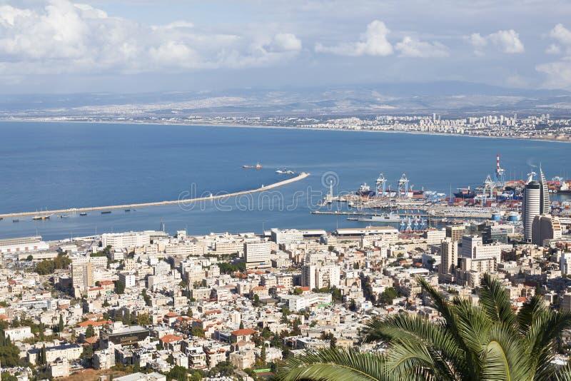 Vista panorâmica bonita de Monte Carmelo à arquitetura da cidade e ao porto em Haifa fotografia de stock royalty free