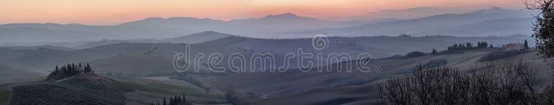 Vista panorâmica bonita do campo Tuscan ao sul de Siena à vista do alvorecer, Toscânia, Itália foto de stock royalty free