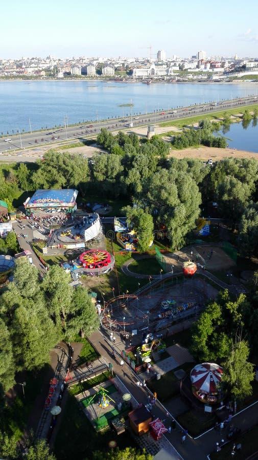 Vista panorâmica bonita do parque de diversões em Kazan imagem de stock