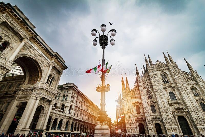 Vista panorâmica bonita do quadrado do domo em Milão com stree grande imagens de stock