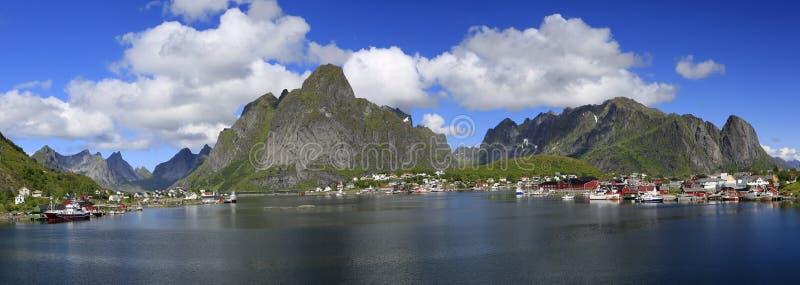 Vista panorâmica cênico da área de Reine, ilhas de Lofoten fotos de stock royalty free