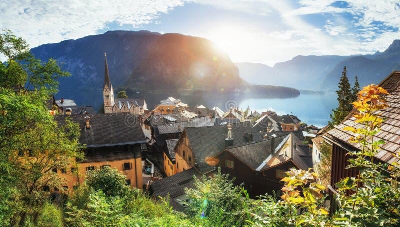 Vista panorâmica cênico da aldeia da montanha famosa nos cumes austríacos fotografia de stock royalty free