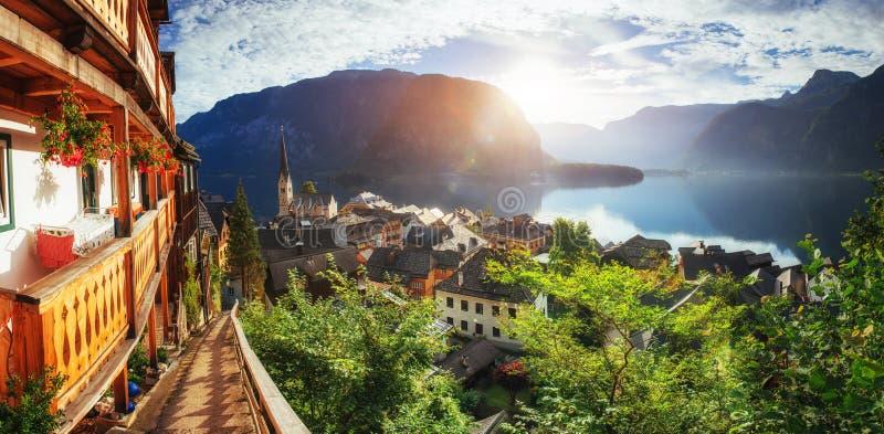 Vista panorâmica cênico da aldeia da montanha famosa nos cumes austríacos hallstatt Áustria fotos de stock royalty free