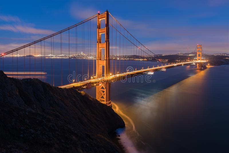 Vista panorâmica clássica de golden gate bridge famoso na luz de nivelamento bonita em um crepúsculo com céu azul e nuvens no ver imagem de stock