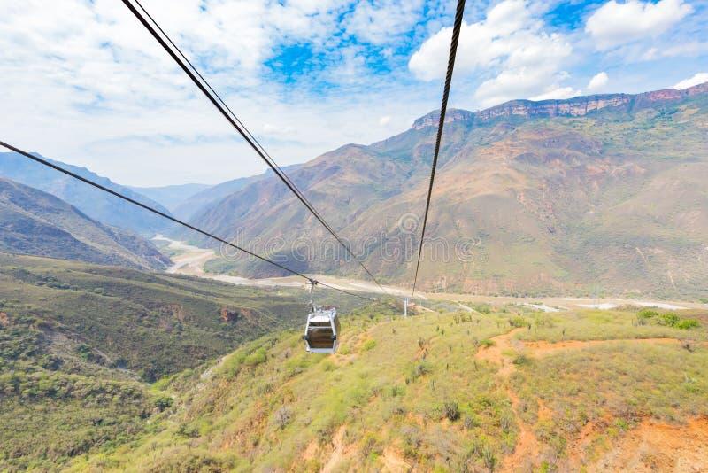 Vista panorâmica Colômbia do cabo aéreo da garganta de Chicamocha imagem de stock royalty free