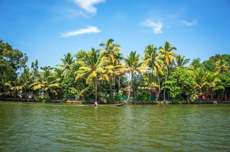 Vista panorâmica com árvores de coco e casa do pescador, paisagem das marés de Alleppey fotografia de stock royalty free