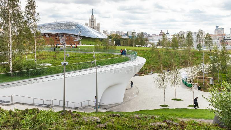 Vista panorâmica com o anfiteatro no parque de Zaryadye imagem de stock royalty free