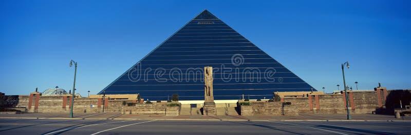 Vista panorâmica da arena esportiva da pirâmide em Memphis, TN com a estátua de Ramses na entrada imagens de stock royalty free