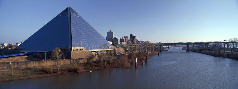 Vista panorâmica da arena esportiva da pirâmide em Memphis, TN com a estátua de Ramses na entrada fotos de stock
