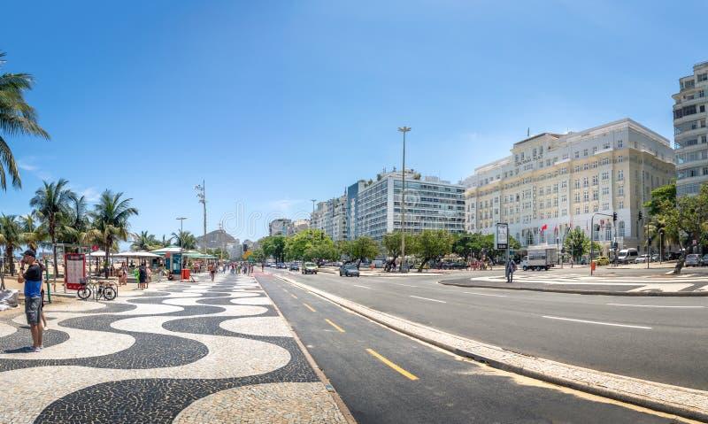 Vista panorâmica da avenida de Atlantica e do Palace Hotel de Copacabana na praia de Copacabana - Rio de janeiro, Brasil foto de stock