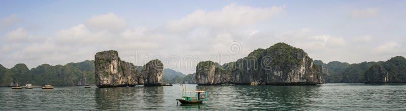 Vista panorâmica da baía com seus barcos de pesca coloridos, Quang Ninh Province do halong, Vietname fotos de stock