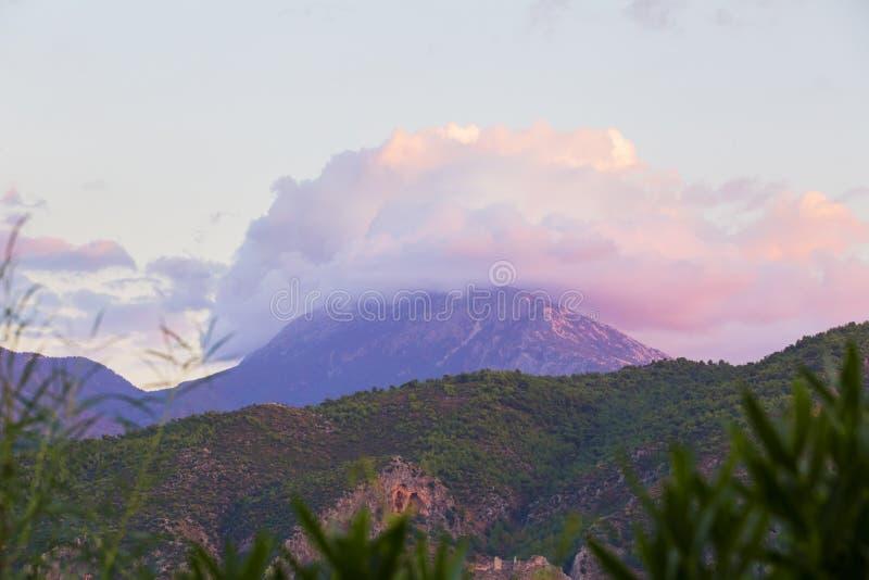 Vista panorâmica da baía de Fethiye em Turquia Mountain View com as nuvens no nascer do sol, luz cor-de-rosa bonita nas nuvens foto de stock