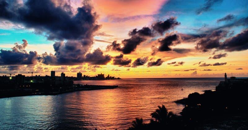 Vista panorâmica da baía de Havana e da silhueta da skyline no por do sol imagens de stock