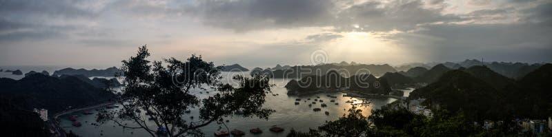 Vista panorâmica da baía do halong do forte do canhão na ilha dos vagabundos do gato, Quang Ninh Province, Vietname imagem de stock