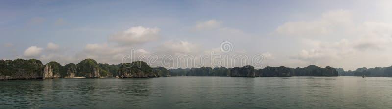 Vista panorâmica da baía do halong, Quang Ninh Province, Vietname fotografia de stock