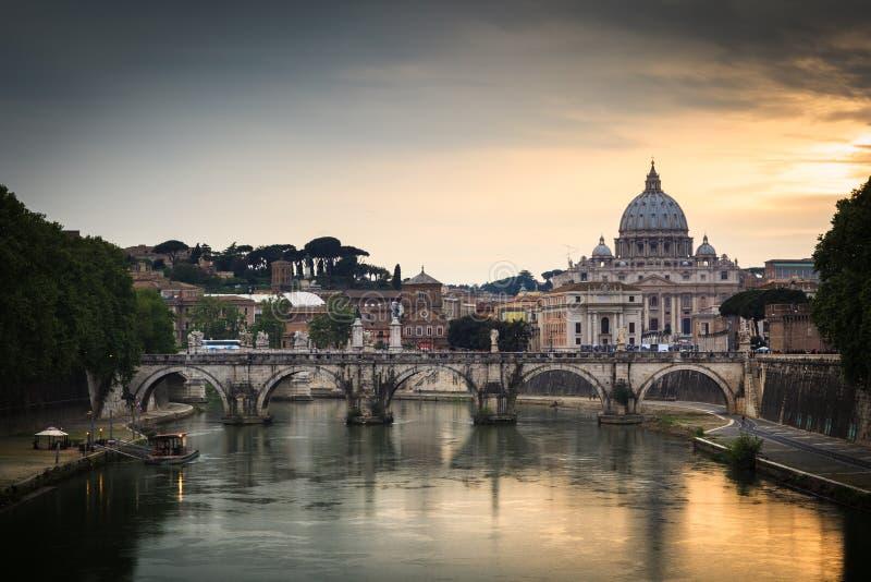 Vista panorâmica da basílica e da Cidade do Vaticano de St Peter imagem de stock