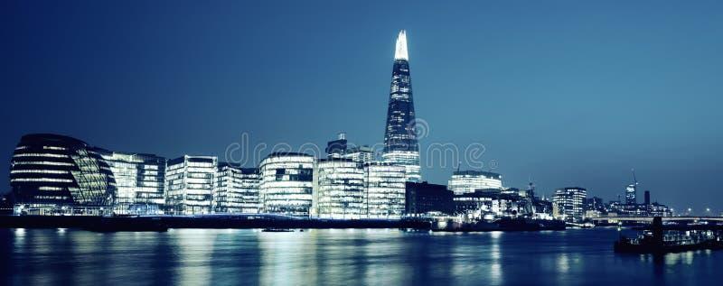 Vista panorâmica da câmara municipal nova de Londres na noite fotografia de stock royalty free
